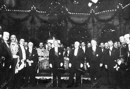 El nuevo presidente de la República francesa, Deschanel, con los expresidente Poincaré, Fallieres y Loubet en la recepción del Ayuntamiento de París